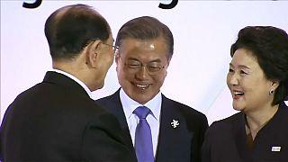 شاهد.. مصافحة تاريخية بين شقيقة الزعيم الكوري ورئيس كوريا الجنوبية