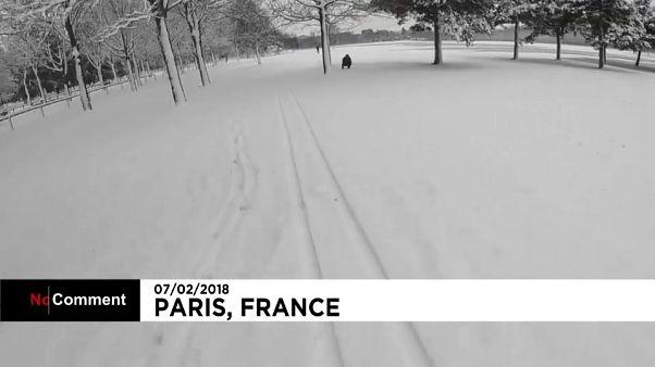 Homem esquia a 70km/h num parque em Paris
