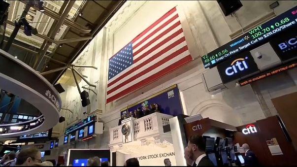 Wall Street intenta maquillar las pérdidas tras una semana caótica