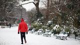 Un parisien innove en skiant en paramoteur au bois de Boulogne