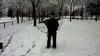 """Parigi: uno """"strano"""" sciatore si aggira nel parco"""
