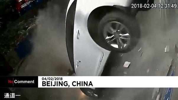 Cina: auto in un parcheggio cadono nel vuoto
