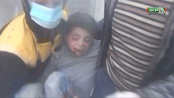 شاهد انقاذ أطفال من تحت الأنقاض خلال قصف الجيش السوري للغوطة الشرقية