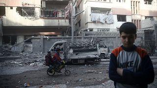 Un enfant après un bombardement dans la ville de Douma, Goutha orientale