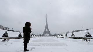 Aşırı kar yağışı Paris'i beyaza boyadı
