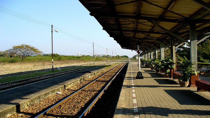 قطار يصدم فتاة أثناء إلتقاطها صورة سيلفي مع صديقها على السكة الحديدية