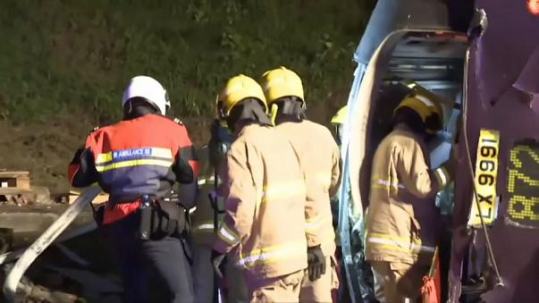 شاهد: حافلة تتعرض لحادث سير مروع أدى إلى وفاة 18 شخصا