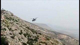 Ein türkischer Militärhubschrauber fliegt über Syrien.