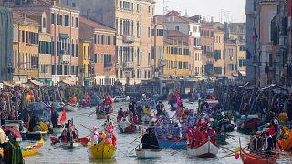 Карнавал в Венеции под лучами солнца