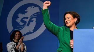 Mary Lou McDonald freut sich bei der Sinn-Féin-Parteikonferenz.