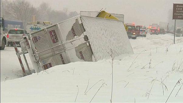 Ein Laster ist auf schneeglatter Fahrbahn umgekippt.