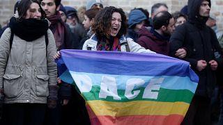 Demonstrantin hält Pace-Fahne.