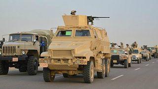 عربات مدرعة تابعة للجيش المصري على طريق سريع مؤدي إلى شمال سيناء