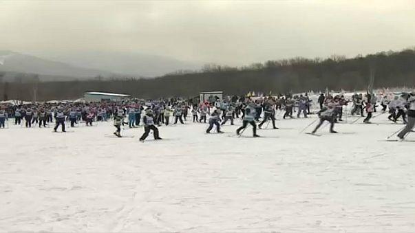 Russos esquiam em apoio a atletas banidos
