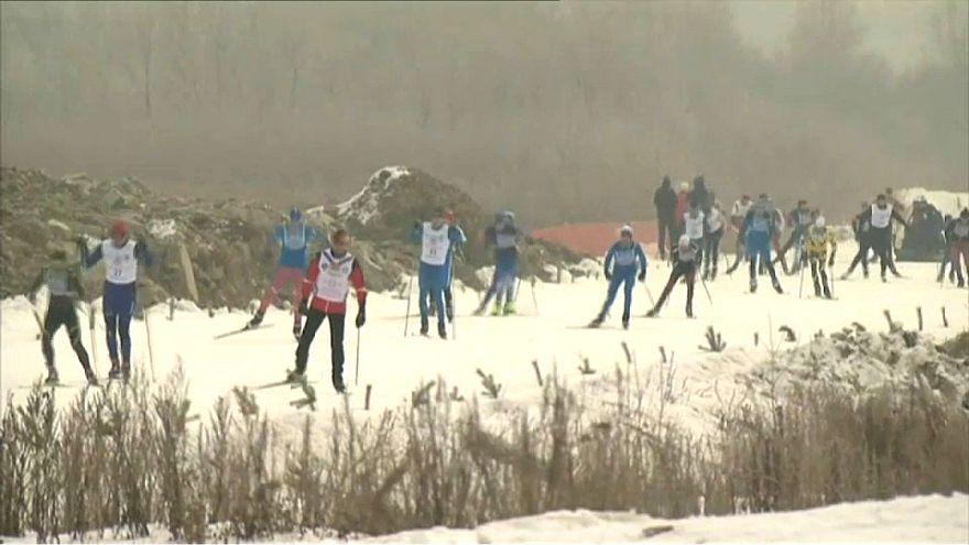 Rusya'da yüz binlerce kişi birlikte kayak yaptı