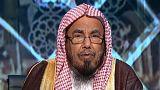 شيخ سعودي يصدر بياناً لتوضيح حقيقة فتواه بشأن جواز تخلي المرأة عن العباءة