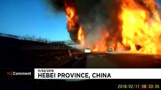 Китай: на трассе загорелся грузовик с сжиженным газом