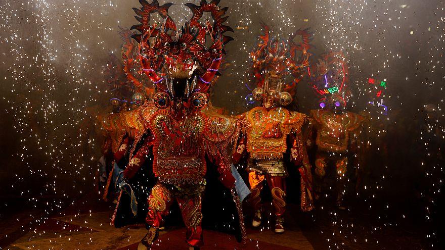 عدد من الراقصين خلال كرنفال بوليفيا