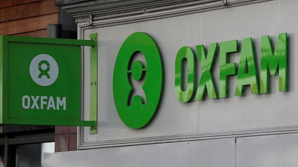Oxfam-Logo über Laden in London.