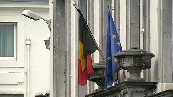 علم الاتحاد الأوروبي (يمين) وعلم بلجيكا