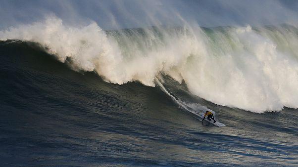 Portekiz'de sörfçüler hırçın dalgalarla boğuştu