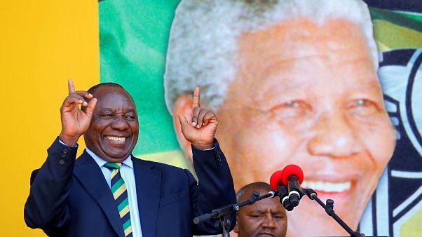 Südafrikas Vizepräsident Cyril Ramaphosa vor einem Mandela-Portrait.
