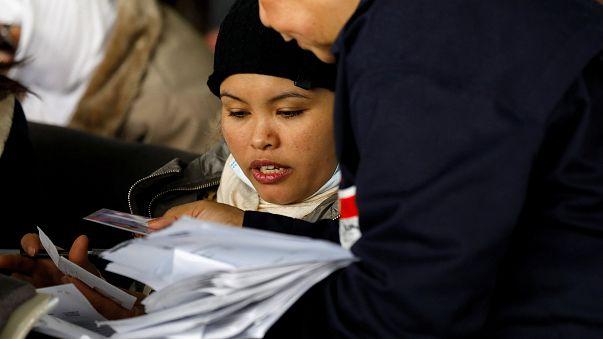 الفلبينيون العائدون من الكويت لدى وصولهم إلى باراناك
