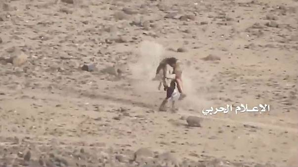 شاهد .. مقاتل يمني يحمل زميله المصاب وسط وابل من الرصاص