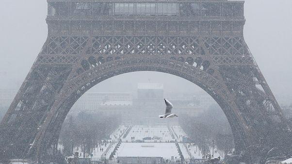 Aus dem Weltall: Verschneites Paris