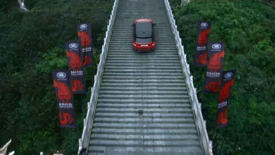 سيارة رياضية تجتاز طريق التنين وتصل إلى بوابة السماء في الصين