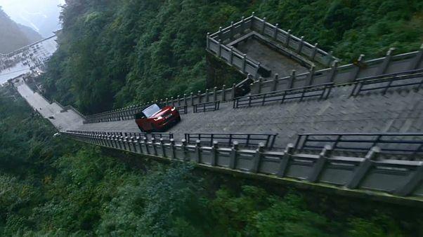 """Auto fährt 999 Treppenstufen zum """"Himmelstor"""""""