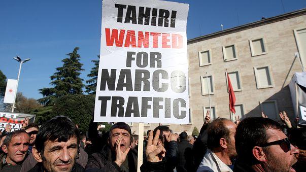 Protesto contra ex-ministro albanês acusado de tráfico de droga