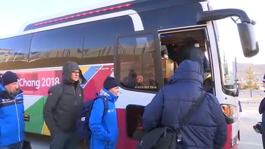 Fázós utasok várnak az olimpiai buszokra