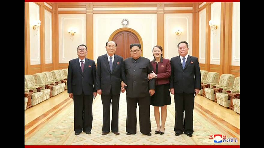 Kim Jong-un con su hermana y miembros de la delegación norcoreana