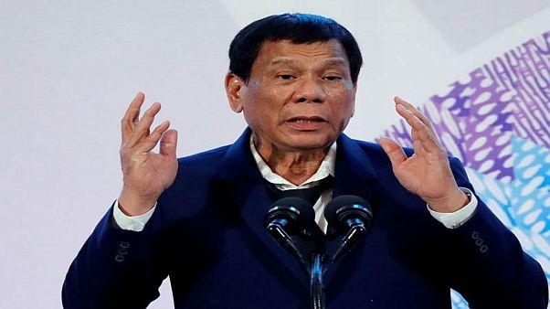 الرئيس الفلبيني يطلب من جيشه إطلاق النار بين أفخاذ المتمردات