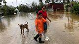 Una mujer y su hijo en Nuku'alofa, la capital de Tonga