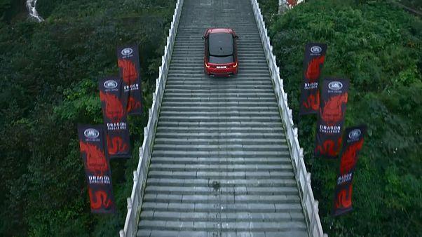 Βίντεο: Ένα Land Rover ανέβηκε 999 σκαλιά!