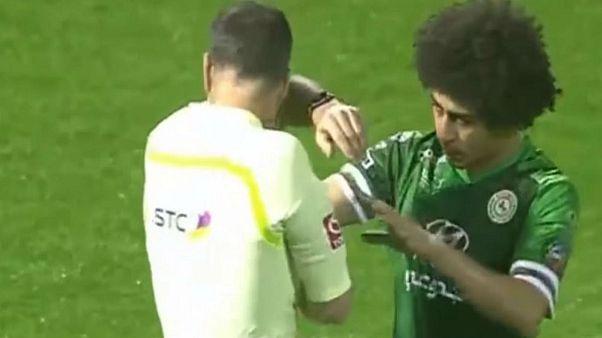 شاهد.. اللاعب المصري حسين السيد يرمي زجاجة بوجه الحكم!