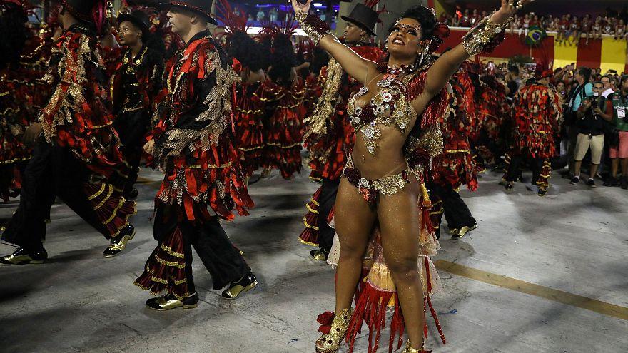 Terminam os desfiles no Sambódromo
