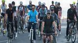 شاهد.. أمير قطر يركب دراجة هوائية ويتجول في شوارع الدوحة