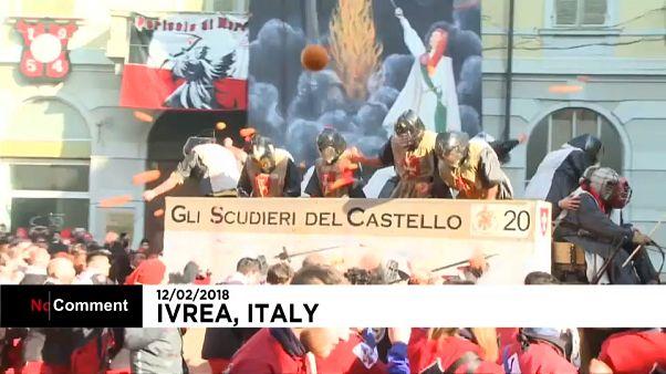 شاهد .. حرب البرتقال في مدينة إيفريا الإيطالية