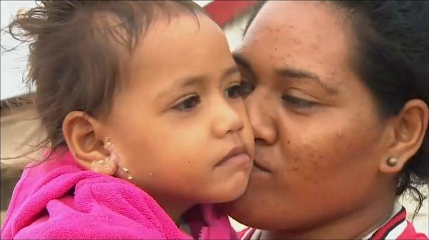 Verwüstet: Bewohner Tongas stehen vor den Trümmern