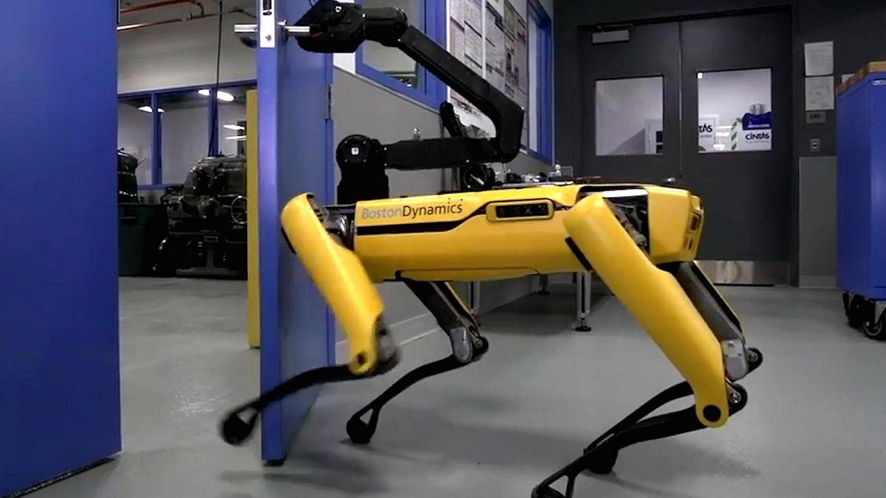 Робот открывает двери