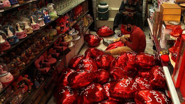 Pakistan'dan Sevgililer Günü öncesi 'yasak' hatırlatması