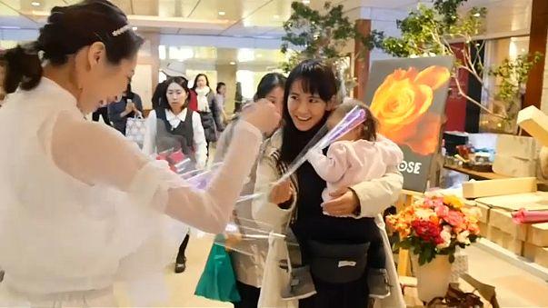 شاهد.. فرقة موسيقية في اليابان توجه رسالة للرجال في عيد الحب
