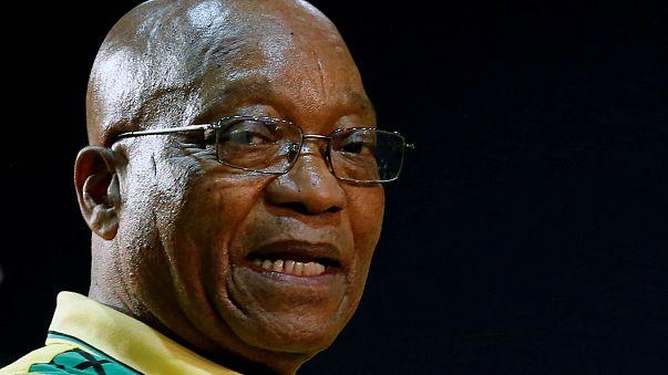 El presidente de Sudáfrica, Jacob Zuma, entre la espada y la pared