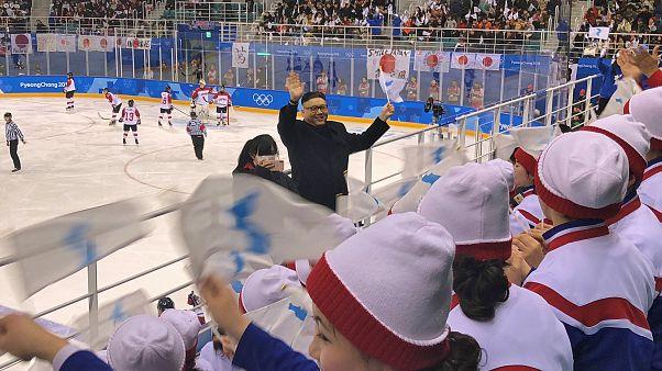 شاهد.. ماذا حدث لشبيه كيم جونغ أون عندما حاول الرقص أمام مشجعات كوريا الشمالية