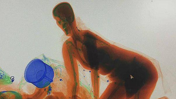 شاهد بالفيديو: خافت على حقيبتها من السرقة فدخلت معها إلى قلب جهاز المسح بالأشعة