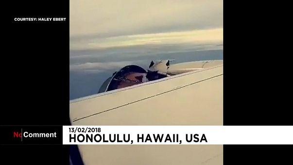 У самолета United Airlines отлетела обшивка двигателя
