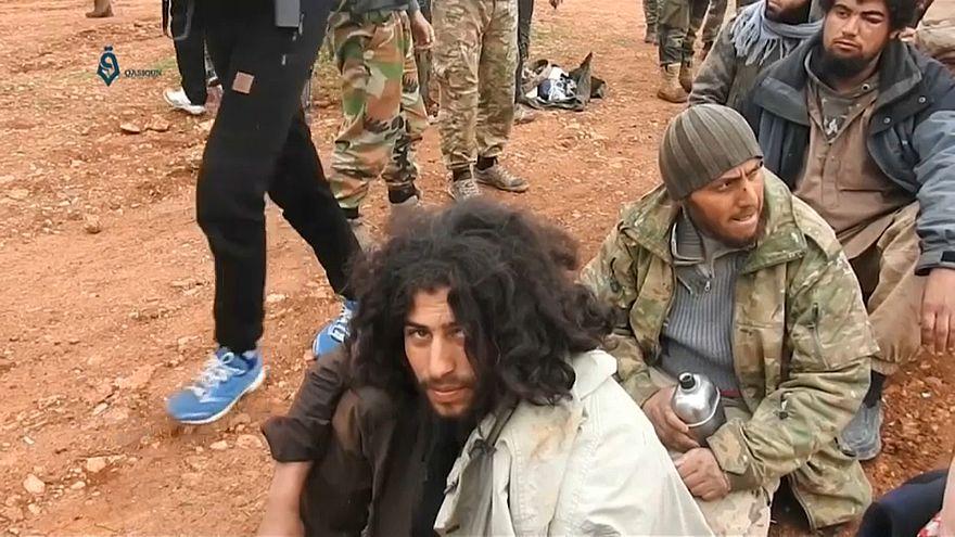 شاهد: المئات من عناصر داعش يسلمون أنفسهم لقوات المعارضة السورية